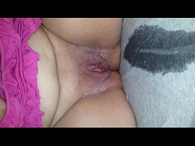 Caliente mexicana madura se abre de patas como una zorrita para que le metan un dildo por la panocha, mientras que se chorra toda cuando esta de puta masturbandose para este video porno