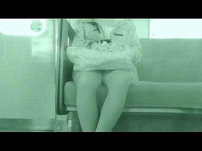 電車の中で、向かいのパンティを盗撮!ミニスカの奥の絶対領域をズームアップで!