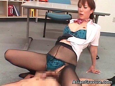 黒パンスト着衣のセックスで太ももにザーメンを浴びる美熟女の澤村レイコ