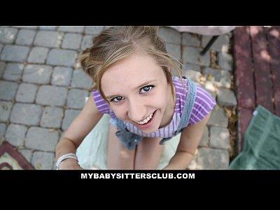 Tarfa Cu Ochii Albastri Face Oral Unei Puli Foarte Mici