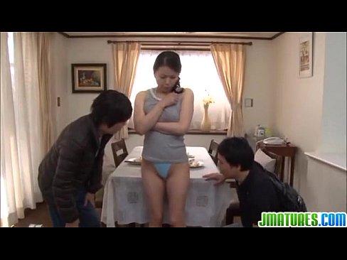 エロい巨乳してる熟女母が息子の友達と3Pキメてイキまくりな性奴隷状態