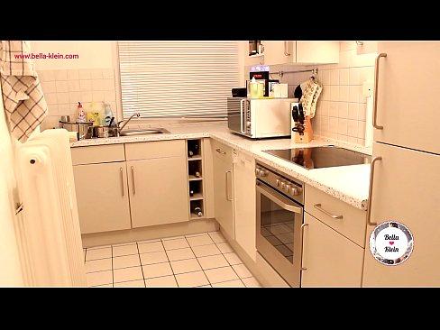 Estourando bucetinha ruivinha na cozinha