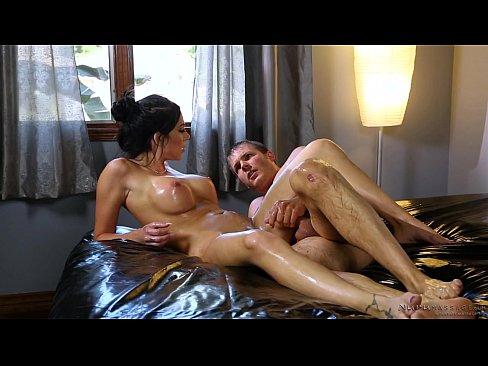 Зрелая грудастая брюнетка сделала парню лечебный массаж и он её оттрахал