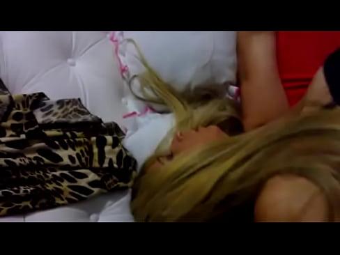 Cantora de funk em filme porno de travesti