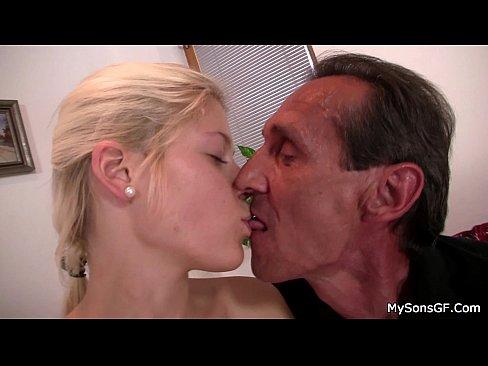 Пожилой мудак трахает юную блондинку
