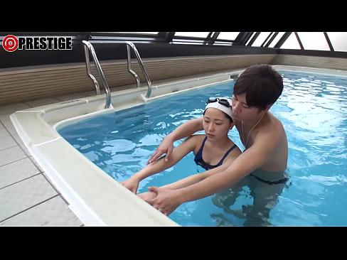 【無料エロ動画】例のプールでカワイイ水泳部の女子とコーチがエッチしち...