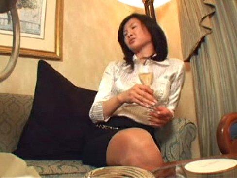 【おばさん 手ブラ 動画】熟女の無料おばさん動画。ブラウスのボタンを外されると手ブラで乳首を隠す仕事一筋の熟女OL
