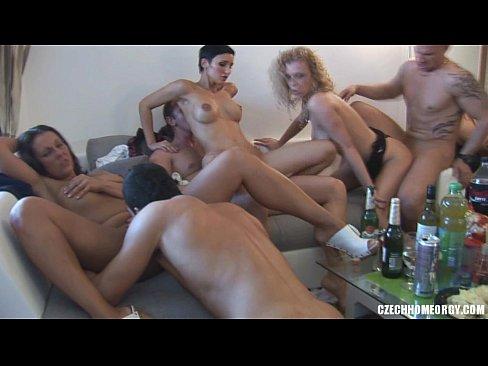 Fiesta casera se sale de control cuando todos están pedos y se empiezan a desnudar hasta tener sexo salvaje