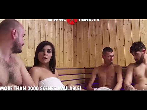 Valeria Vadia Entra Em Sauna Masculina E Acaba Em Uma Suruba Safada