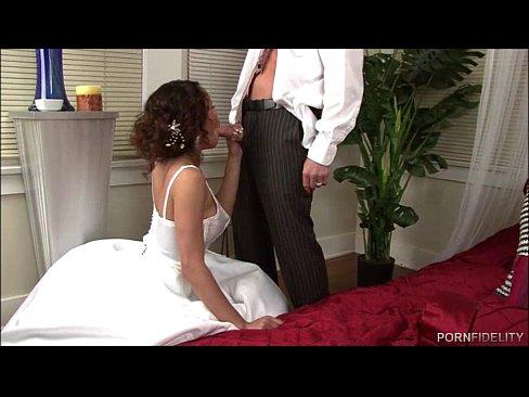 Жених не позволил невесте погрязнуть в мастурбации и трахнул её