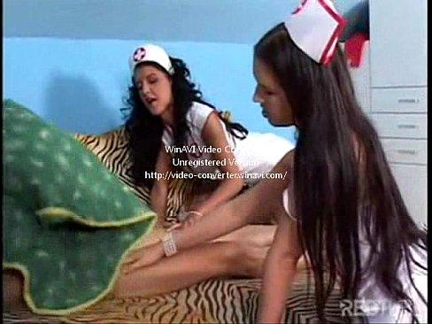 Duas enfermeiras mamando o paciente