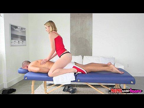 Entre la nena y mamí le dan un candente masaje sexual a papi postizo