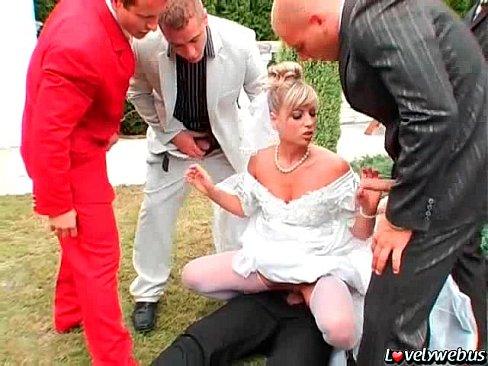 Во дворе дома жених и его друзья устроили невесте групповуху