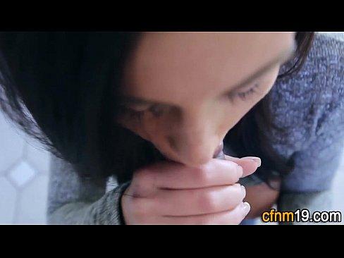 Novinha De Olhos Azuis Fazendo Um Boquete Até Gozar Nos Peitos