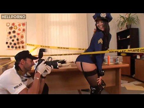 Policial Aproveitando O Cuzinho Da Policial Durante A Perícia E Ganhando Um Boquete