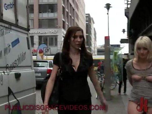 Blonde culotte baissée en public baisée la nuit dans les rues par des inconnus