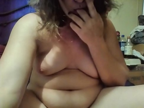 Amateur MILF plays with toy on webcam
