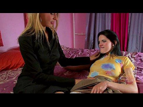 Duas Lesbicas Bebem Muito Vinho E Vao Pra Cama