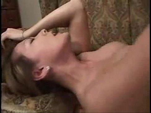 【熟女エロ動画】色気溢れる巨乳熟女とソファの上でハードSEX。最後は口...