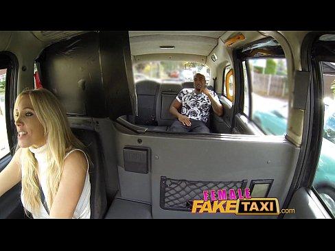 Motorista de taxi chupando e comendo a pica