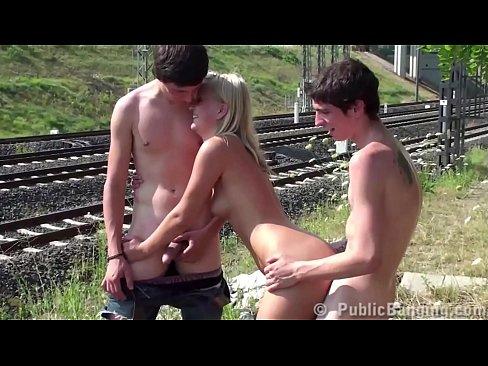 Trepando Com Amigos Em Estrada De Ferro