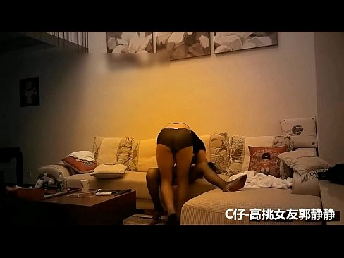 出賣長腿女友!她洗完香香下樓找我...在沙發上看到她就忍不住想幹:抱起來更深入
