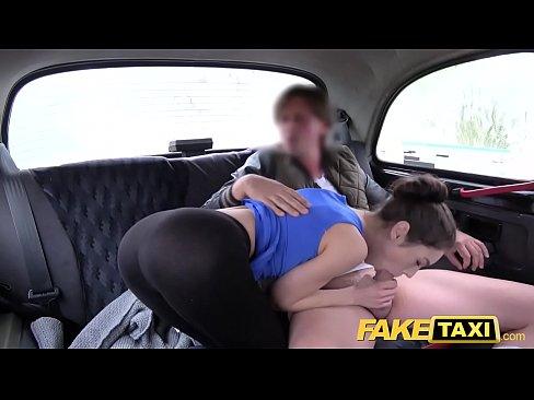 Novinha peluda Russa trepando no taxi