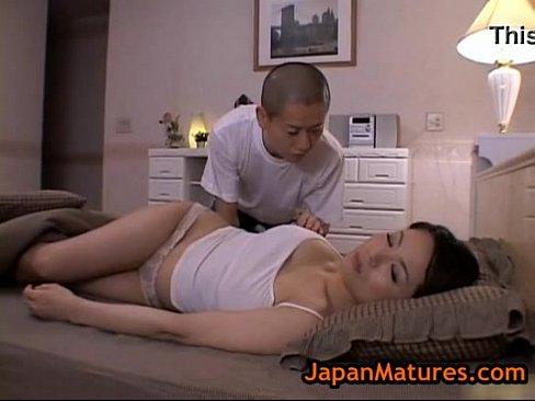 【無料エロ動画】寝ている母の乳房を揉みしだくマザコン息子