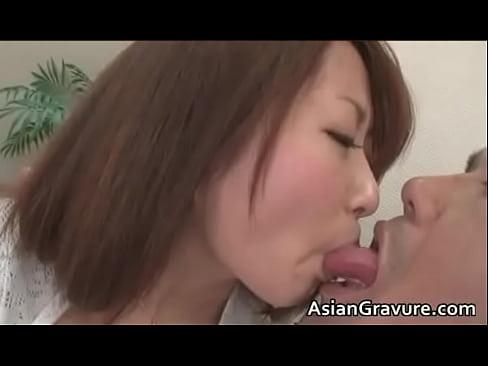 【無料エロ動画】神カワな美女がおっさんから深い接吻されるもノリノリで...