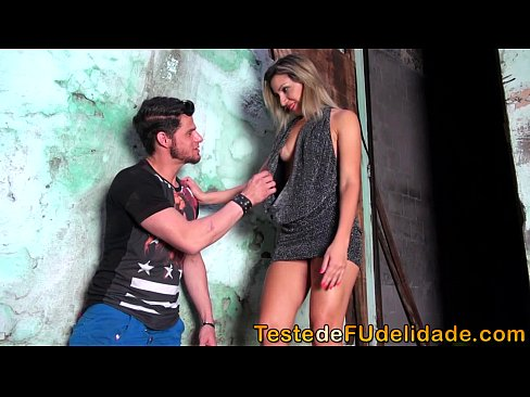 Gostosa chupando pau na favela