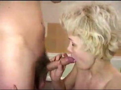 Русская зрелая блондинка трахается с сыном в ванной
