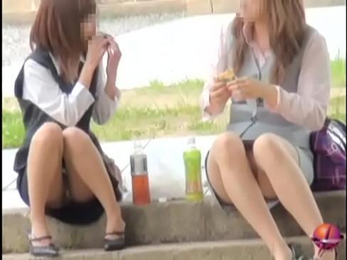 お外でランチを食べるOLお姉さんたちのパンチラを盗撮♪【素人無料動画】...