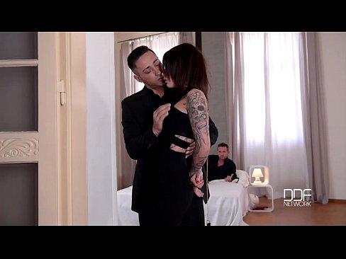 Nikita Bellucci Faz Dupla Penetração Para Alcançar O Maximo Do Orgasmo