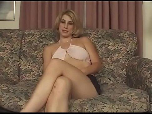 Blonda Cu Tatele Lasate Se Masturbeaza In Fata Sotului Apoi Are Parte De Putin Futut