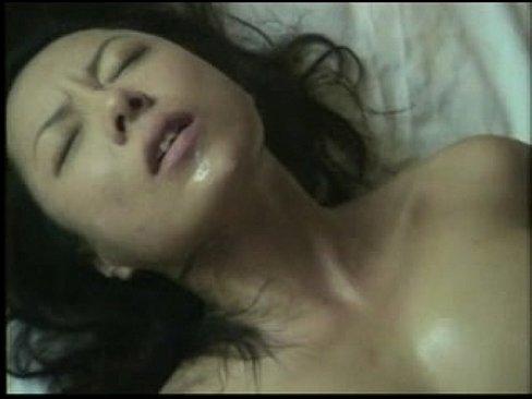 【人妻】汗だくの人妻の動画。汗だくの妖艶な人妻が狂ったように若い男のピストンに喘ぎまくる!