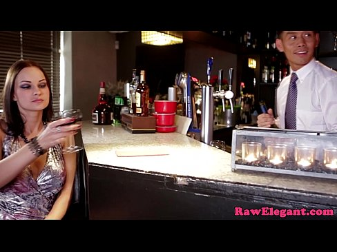 Un Barman Ii Da Unei Brunete Sa Bea Pana Se Face Manga Si Dupa O Ia La Pula