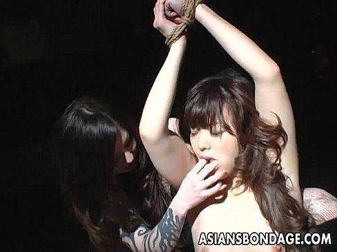 両手を拘束され吊し上げた美女をペニバンを付けたボンテージ女王様が犯すSMレズ調教。
