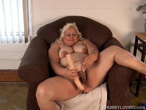 Мастурбация пожилой толстой блондинки