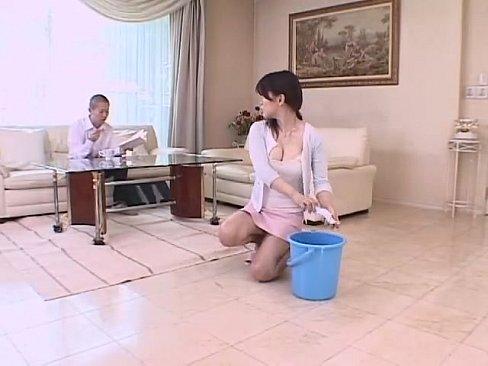 人妻のパンチラ無料おばさん動画。洗濯中の人妻主婦の溢れそうな胸の谷間や...
