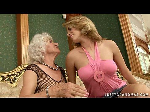 Velha Lesbica Brincando Com Sua Namoradinha Novinha