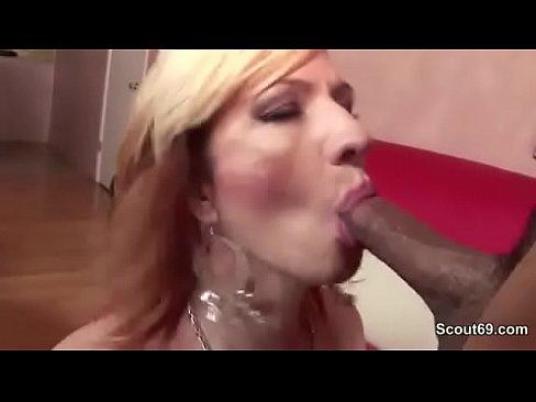 Пожилая немка впервые проходит порно кастинг
