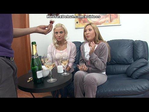Duas novinhas na festa tomaram rola gostoso