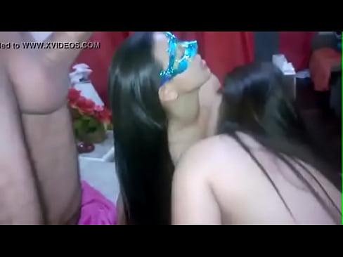Esposas se beijando com porra na boca