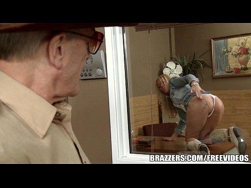 показала сискь на стоянки порно