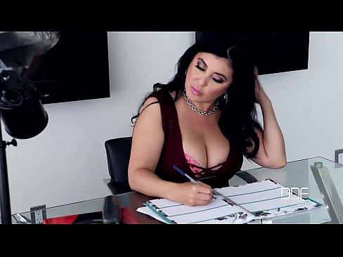 Secretária Morena E Peituda Fodendo Com O Executivo No Escritório