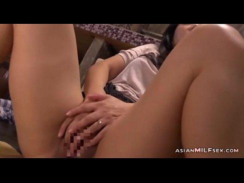 巨尻の人妻のオナニー無料マスタべ動画。ムッチリな巨尻人妻が欲求不満に耐えきれず、こっそりキッチンで手マンオナニーに喘ぐ!