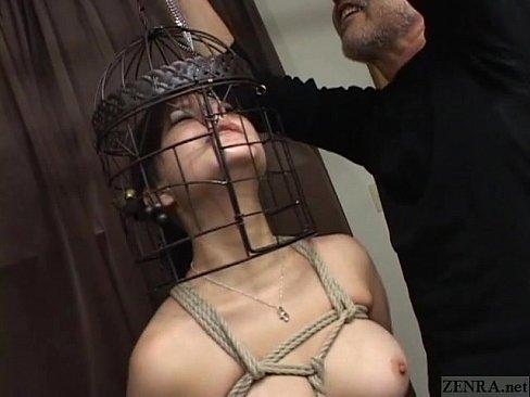 割りと美形の巨乳娘が緊縛された上で顔に鳥籠を被せられるw