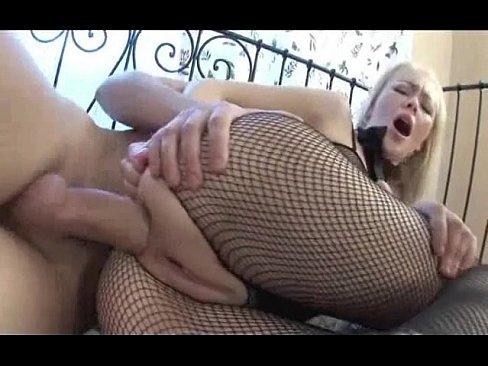 Русская блондинка сгорает от нетерпения трахнуться в жопу