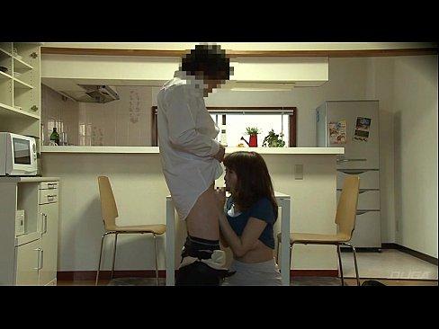 【盗撮】新婚の旦那が我慢できず仕事から帰るなりキッチンで奥様と濃密SEX