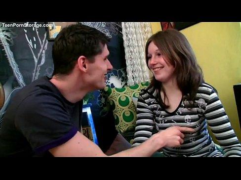 Teen brunette se fait se fait baiser tant ivre - LuxureTV